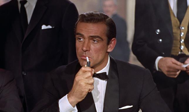 Sean Connery (James Bond) si accende una sigaretta in una scena di Licenza di uccidere