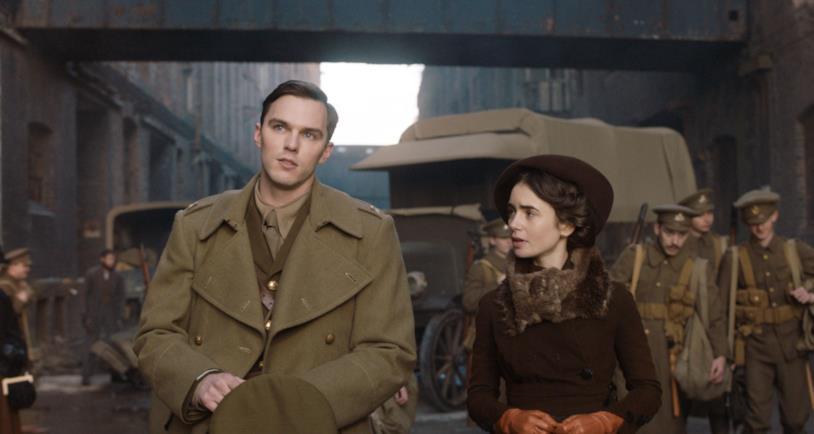 Mezzibusti di Nicholas Hoult e Lily Collins rispettivamente nei panni di J.R.R. Tolkien e della Moglie Edith, con soldati alle loro spalle