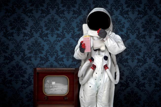 Un'astronauta mangia i pop-corn
