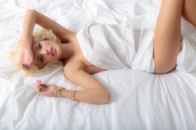 Bella Thorne posa nuda per Harper's Bazaar