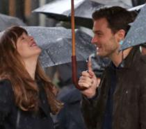 Il bacio di Dakota Johnson e Jamie Dornan sul set