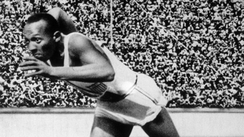 Jesse Owens in pista in una immagine d'archivio