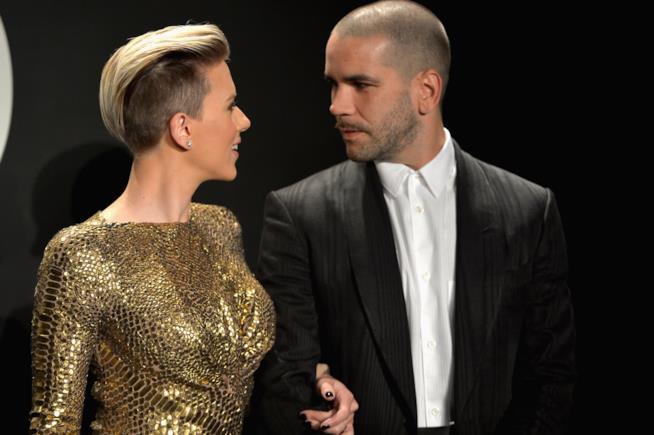 Sguardi complici tra Scarlett Johansson e Romain Dauriac