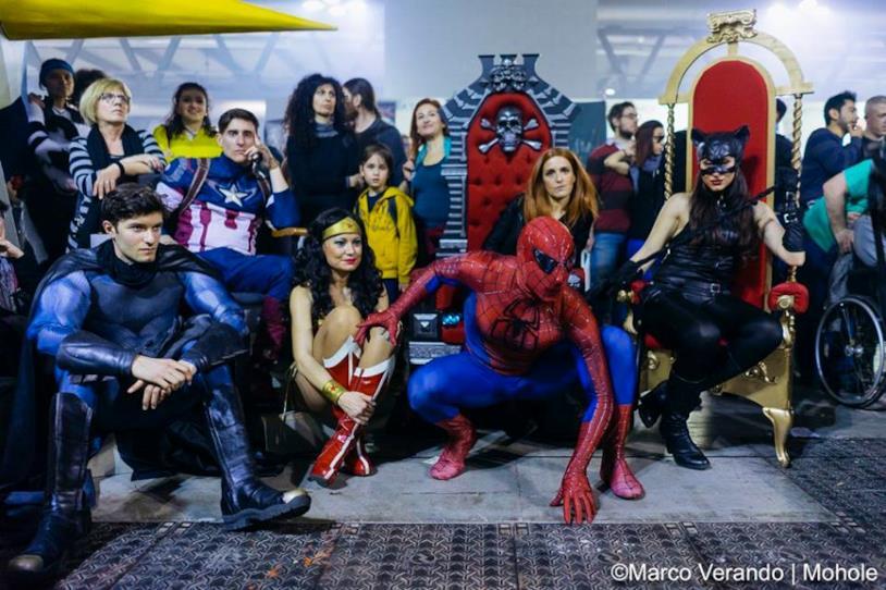 Foto di gruppo dei cosplayer nei panni dei supereroi DC e Marvel