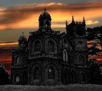 Un castello gotico nel tramonto