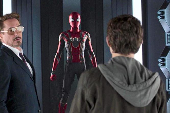 Tony Stark mostra a Spider-Man la sua nuova tuta