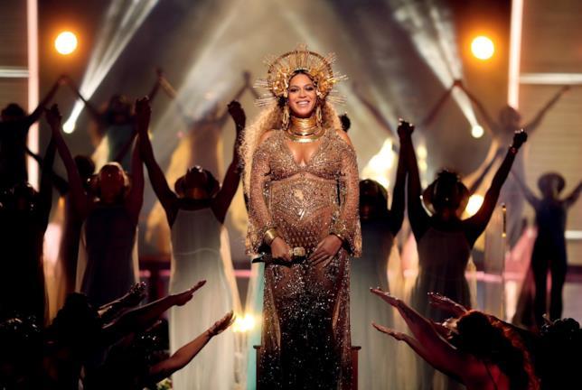 Beyoncé durante l'esibizione ai Grammy 2017