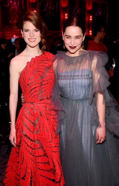 Emilia Clarke e Rose Leslie durante i festeggiamenti per la premiere di GoT