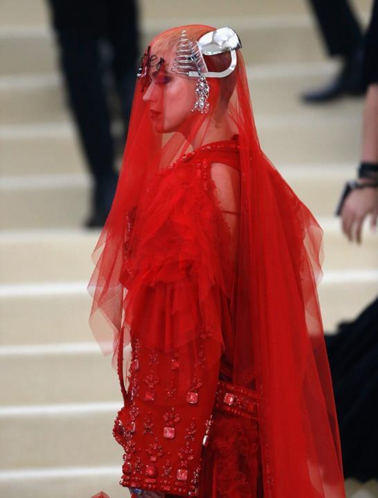 Katy Perry in rosso velato al MET Gala 2017