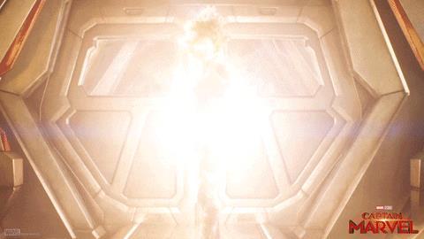 Capitan Marvel si illumina di energia in una scena del film