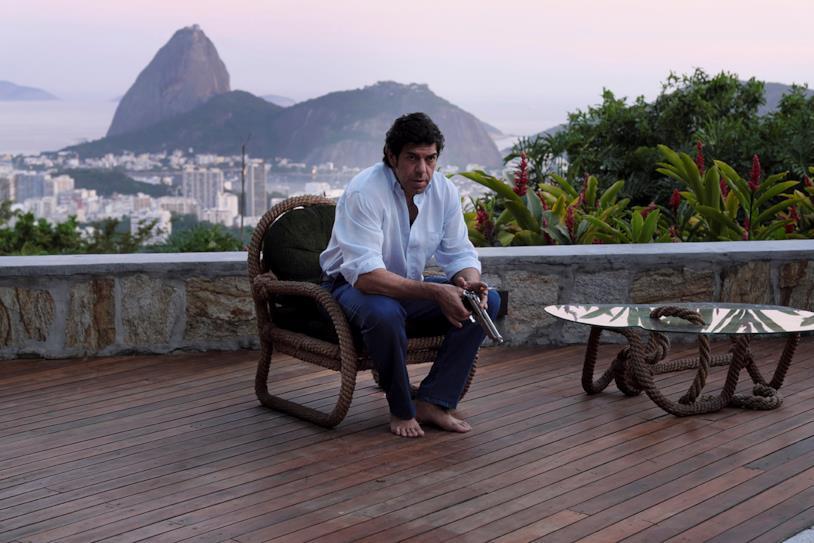 Pierfrancesco Favino seduto in terrazza in una scena del film