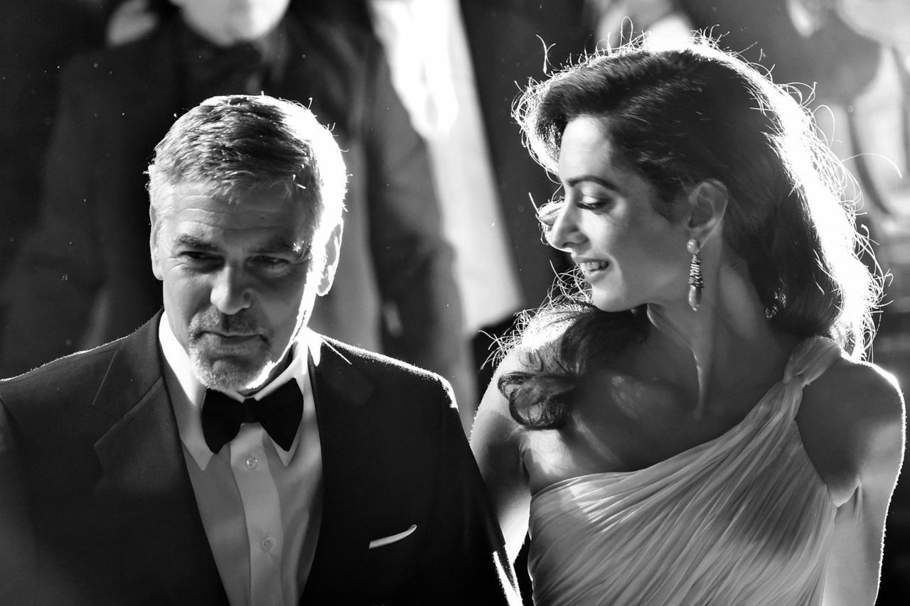 Sguardi innamorati tra Clooney e la moglie Amal