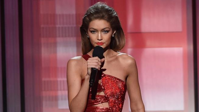 Gigi Hadid sul palco degli American Music Awards 2016