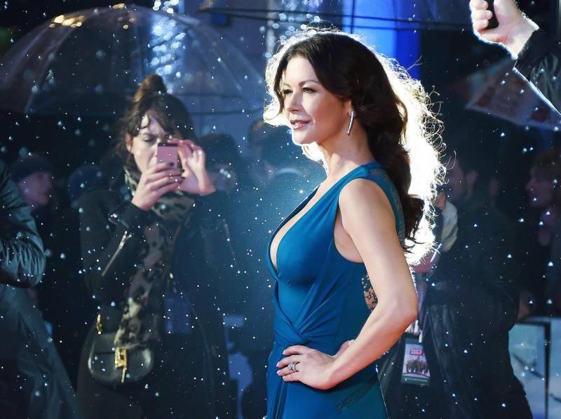 La pioggia non ha intaccato il look della Zeta Jones