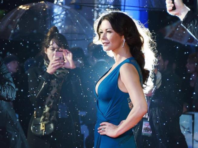 Il look di Catherine Zeta - Jones è audace ma elegante