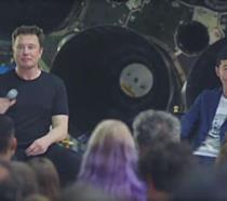 Elon Musk accanto a Yusaku Maezawa
