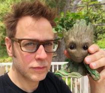 James Gunn con in mano l'action figure di Groot