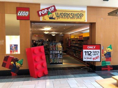 Primo piano dell'ingresso del negozio temporaneo LEGO di Manchester, nel Connecticut (USA)