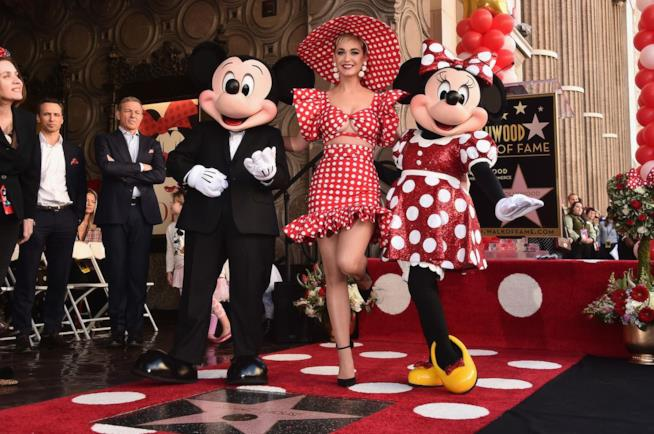 Primo piano di Micky Mouse, Katy Perry e Minnie Mouse sulla Walk of Fame di Hollywood
