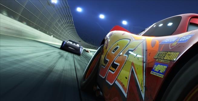 Saetta McQueen supera il suo giovane rivale in una scena di Cars 3.