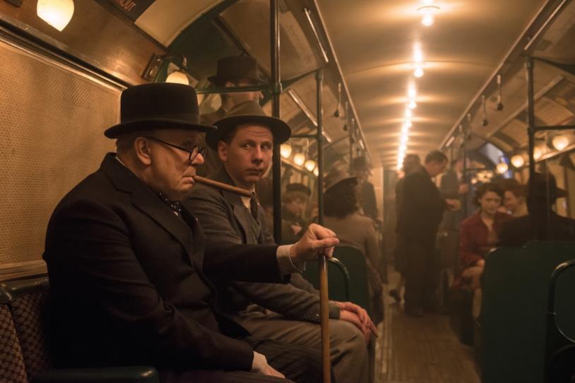 Gary Oldman seduto in metro in una delle scene più importanti del film
