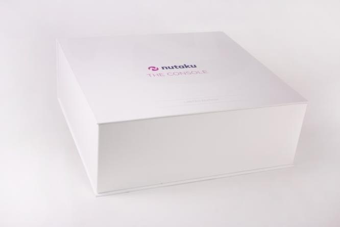 Il packaging della console è minimale ed elegante