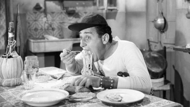 Nando Mericoni (Alberto Sordi) mangia i maccheroni nella celebre scena di Un Americano a Roma