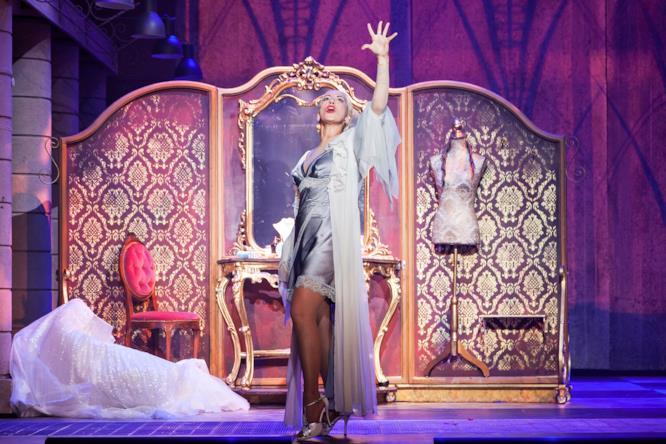 Una scena dal musical Evita con Malika Ayane