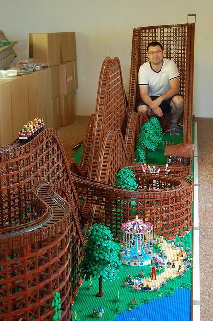 Chairudo seduto all'interno delle montagne russe di LEGO