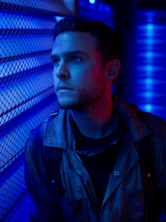 Fitz sotto una luce blu nel character poster di Agents of S.H.I.E.L.D.