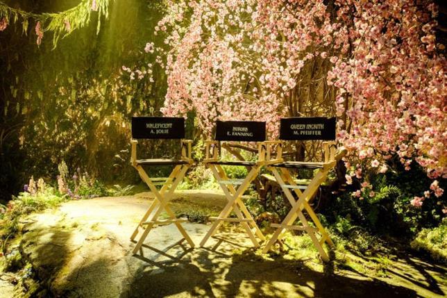 Le sedie delle star (Jolie, Fanning e Pfeiffer) sul fantastico set di Maleficent 2