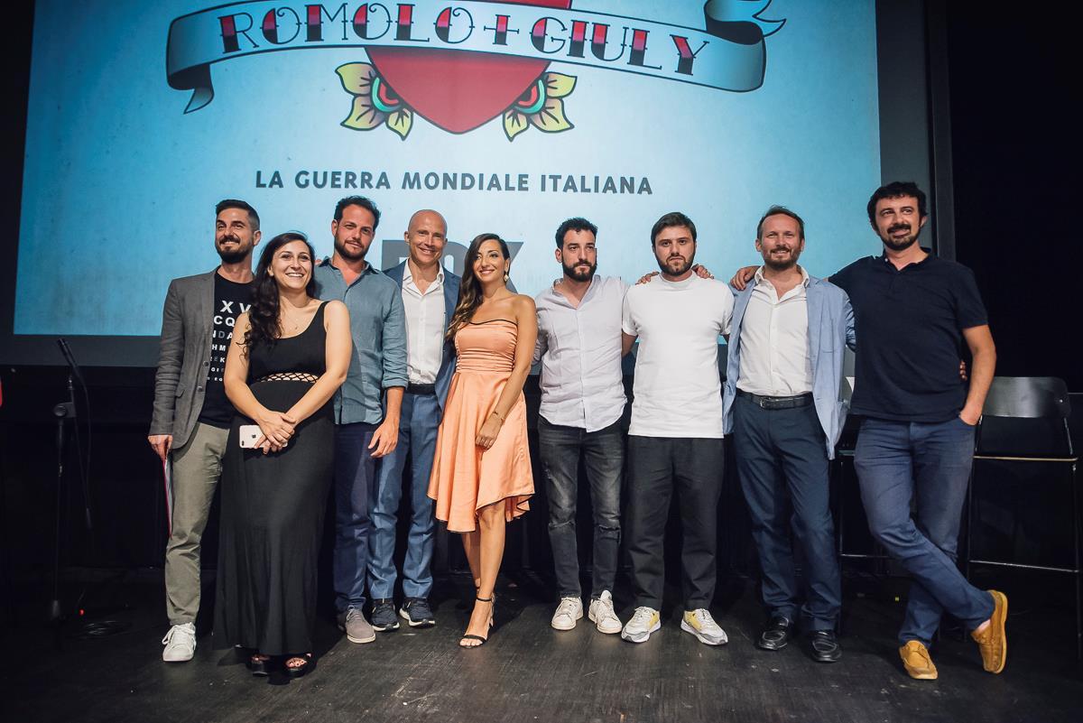 Alcuni membri del cast di Romolo + Giuly: la guerra mondiale italiana durante la presentazione della serie a Milano