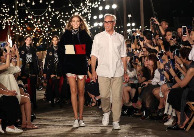Gigi Hadid e Tommy Hilfiger sul Tommy Pier