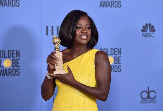 Viola Davis tiene in mano il Golden Globe