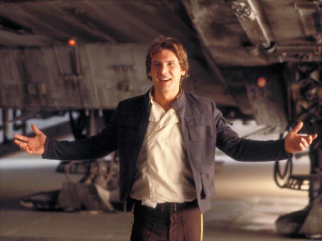 Harrison Ford nei panni d Han solo, sorridente e con le braccia aperte