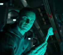 Michael Fassbender è l'androide Walter in una scena di Alien: Covenant