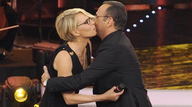 Il bacio e l'abbraccio tra Carlo Conti e Maria De Filippi