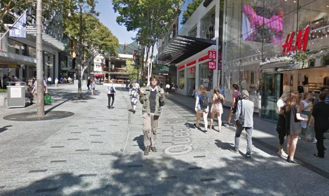 Uomo fa un gestaccio verso la fotocamera di Google