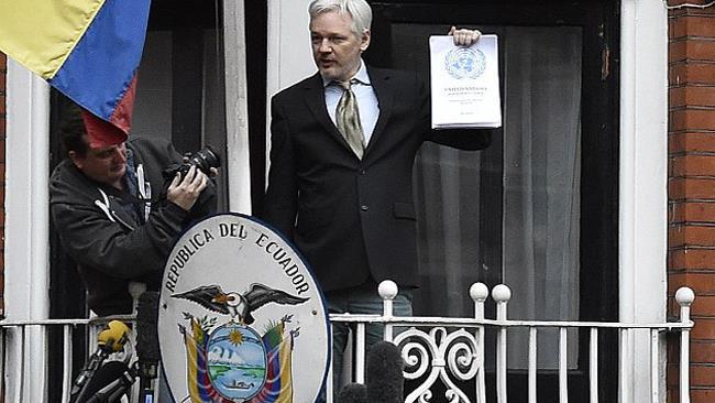Julian Assange davanti all'Ambasciata dell'Ecuador a Londra