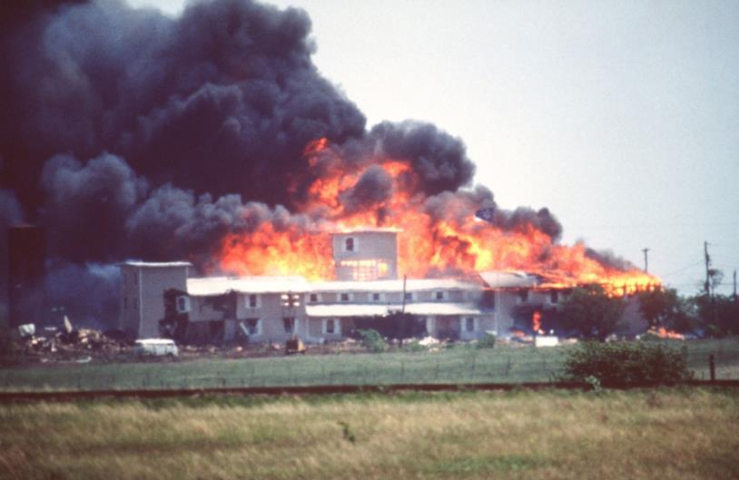 La chiesa nel ranch di Waco in fiamme