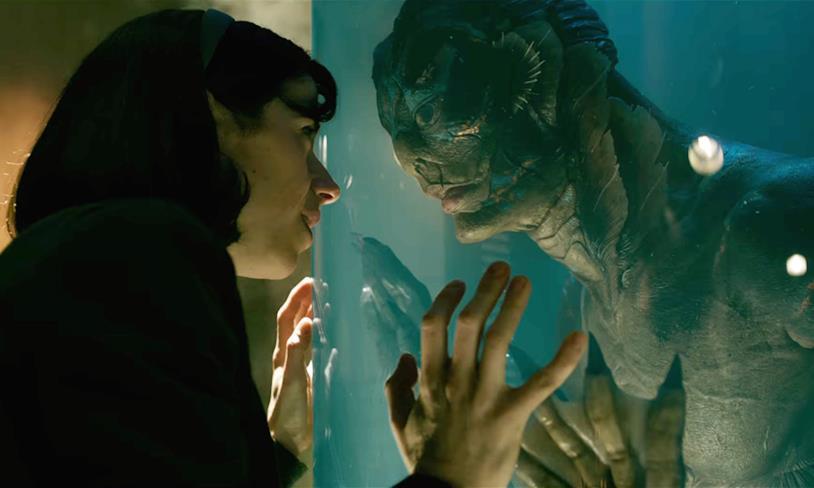 Elisa poggia le mani contro il vetro e guarda la creatura con amore