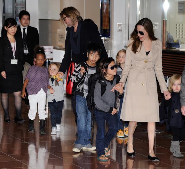 Angelina Jolie e Brad Pitt con i loro figli