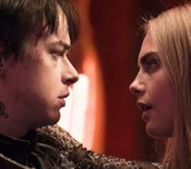 Valerian e Laureline si guardano intensamente negli occhi