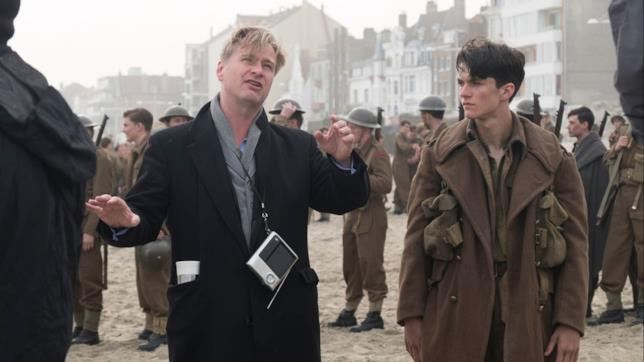 Chris Nolan assieme a Fionn Whitehead sul set di Dunkirk
