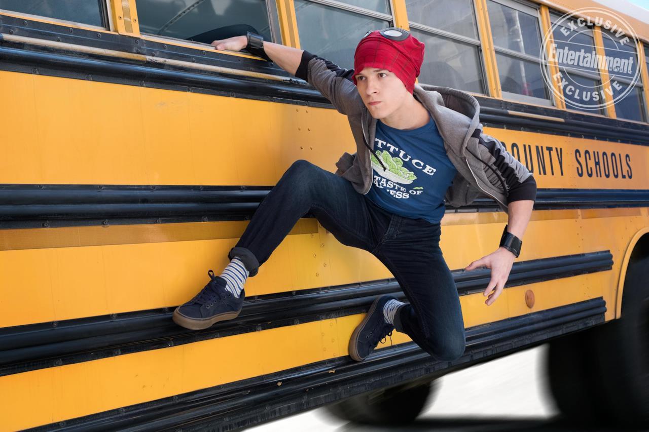 Peter Parker sospeso a un autobus in una scena di Avengers: Infinity War