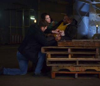 Lucy e Wyatt cercano di salvare Rufus in Timeless