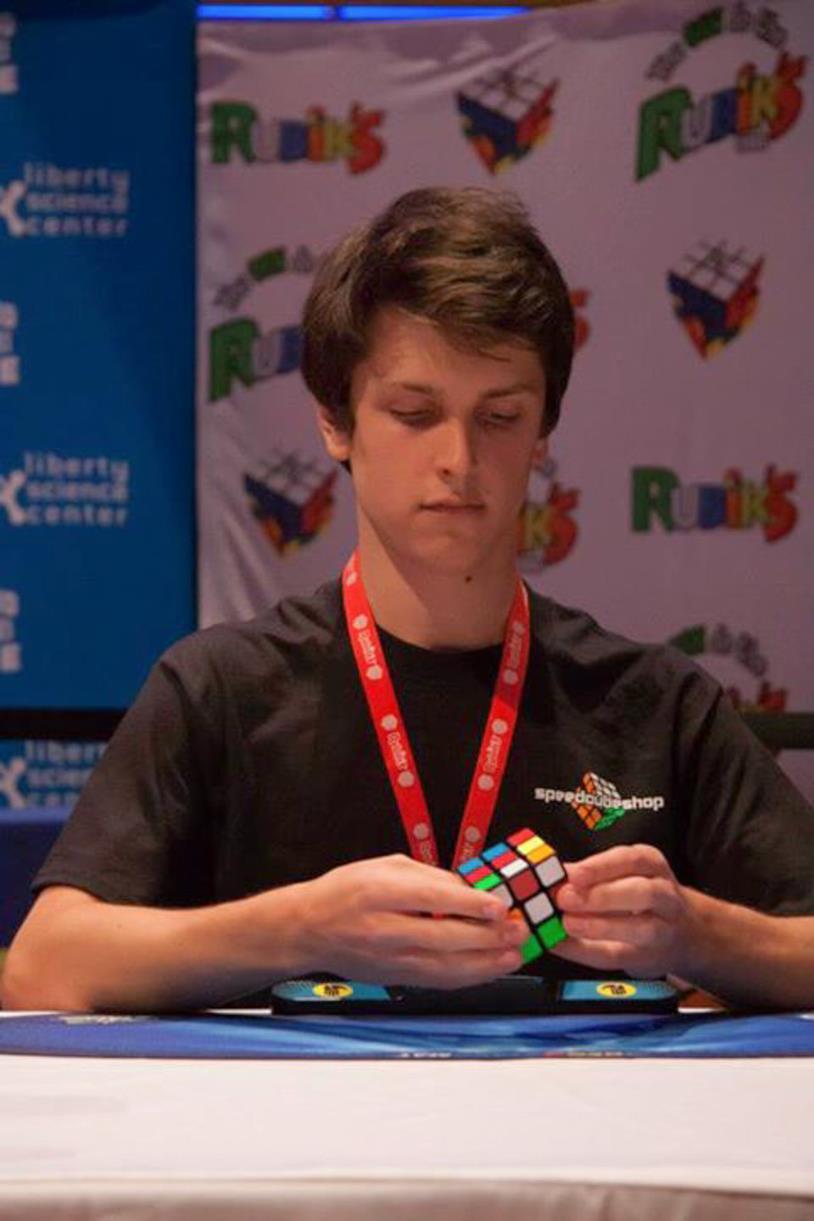 Un cubo di Rubik nelle sapienti mani del campione Feliks Zemdegs