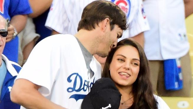 Mila Kunis e Ashton Kutcher a una partita dei Dodgers