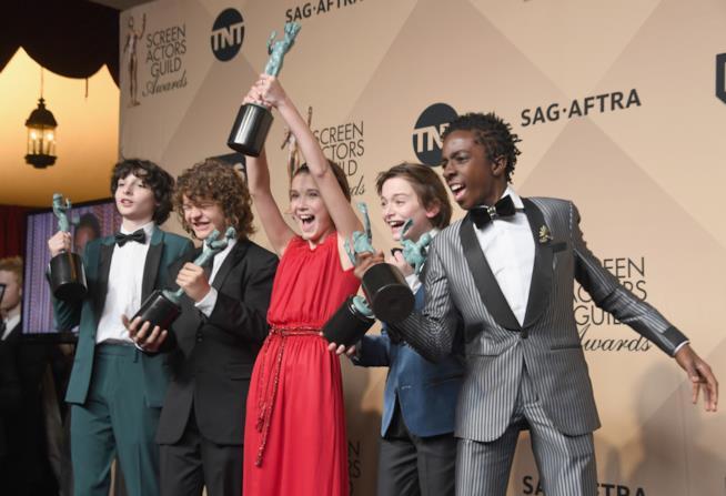 Finn Wolfhard, Gaten Matarazzo, Millie Bobby Brown, Noah Schnapp e Caleb McLaughlin con loro SAG Award 2017