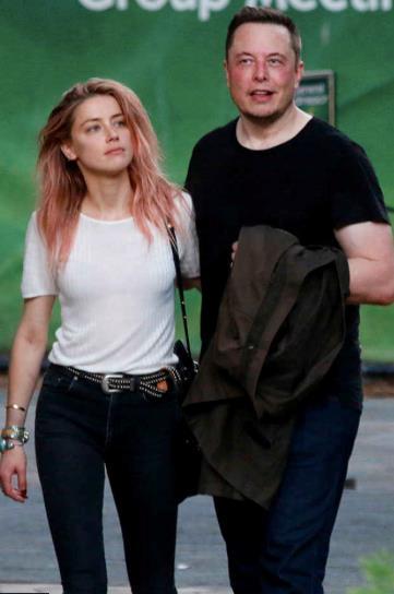 Elon Musk e Amber Heard in look casual